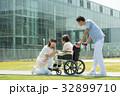 介護 病院 介護士 車椅子 屋外 医療 イメージ 32899710