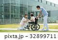 介護 病院 介護士 車椅子 屋外 医療 イメージ 32899711