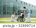 介護 病院 介護士 車椅子 屋外 医療 イメージ 32899714