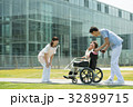 介護 病院 介護士 車椅子 屋外 医療 イメージ 32899715