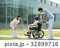 介護 病院 介護士 車椅子 屋外 医療 イメージ 32899716