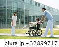 介護 病院 介護士 車椅子 屋外 医療 イメージ 32899717