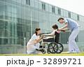 介護 病院 介護士 車椅子 屋外 医療 イメージ 32899721