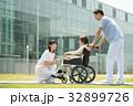 介護 病院 介護士 車椅子 屋外 医療 イメージ 32899726