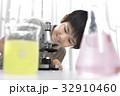 観察 少年 実験器具の写真 32910460