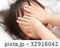 寝起き (女児 乳幼児 2才 2歳 日本人 ベッド 布団 眠い 育児 子育て ライフスタイル 日常) 32916042