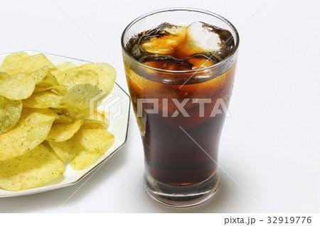 コーラとポテトチップスの写真素材 [32919776] - PIXTA