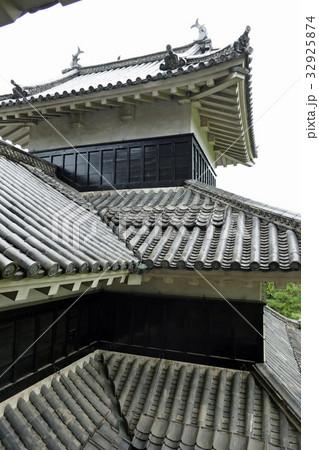 雨の松本城 32925874