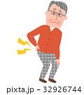 腰が痛い高齢の男性 32926744