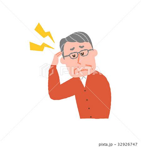 頭が痛い高齢の男性 32926747