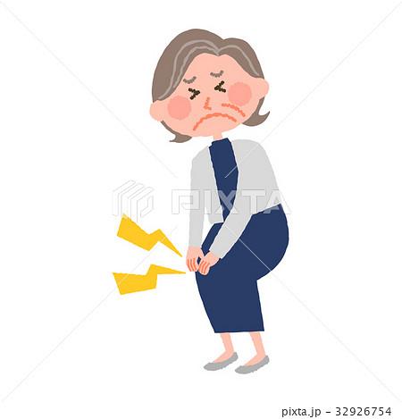 膝が痛い高齢の女性 32926754