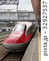 秋田駅に停車中の秋田新幹線E6系 32927537