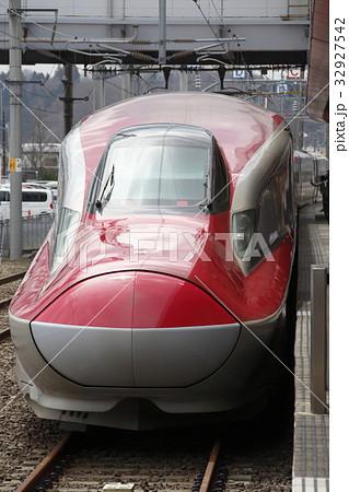 秋田駅に停車中の秋田新幹線E6系 32927542