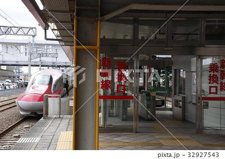 秋田駅に停車中の秋田新幹線E6系 32927543