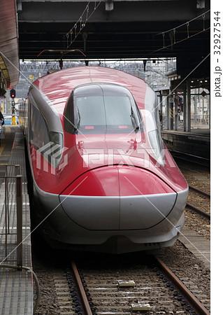 秋田駅に停車中の秋田新幹線E6系 32927544