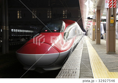 秋田駅に停車中の秋田新幹線E6系 32927546
