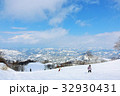 冬の青空とスキー場の風景 32930431