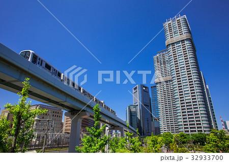 高層マンションと電車 32933700