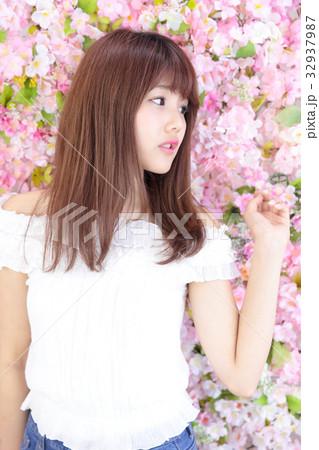 若い女性 ヘアスタイル 32937987