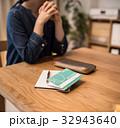 通帳 女性 預金通帳の写真 32943640