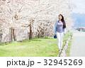 サクラの木と若い女性 32945269