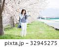 女性 サクラ 桜並木の写真 32945275