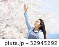 サクラの木と若い女性 32945292