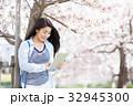 サクラの木と若い女性 32945300