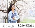 サクラの木と若い女性 32945301