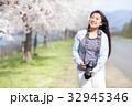 満開の桜と女性カメラマン 32945346
