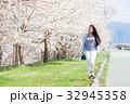 サクラの木と若い女性 32945358