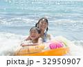 海水浴 浮き輪と子供たち 32950907
