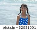 水着の小学生 笑顔の女の子 32951001