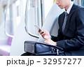 ビジネスマン(スマホ・電車) 撮影協力「京王電鉄株式会社」 32957277