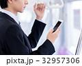 ビジネスマン(スマホ・電車) 撮影協力「京王電鉄株式会社」 32957306