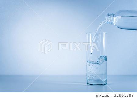 pouring waterの写真素材 [32961585] - PIXTA