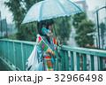 雨 女性 スマホの写真 32966498