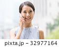 携帯電話 モバイル 女性の写真 32977164