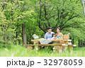 ピクニックを楽しむ家族 32978059