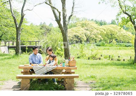 ピクニックを楽しむ家族 32978065