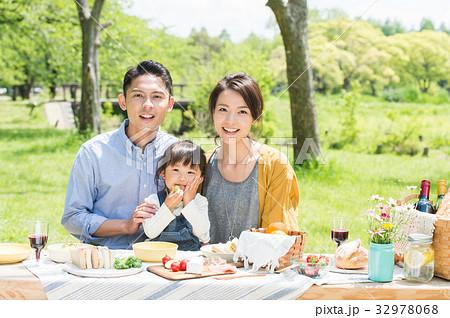 ピクニックを楽しむ家族 32978068