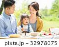 家族 ピクニック 新緑の写真 32978075