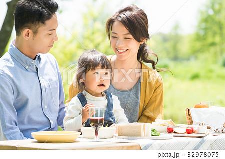ピクニックを楽しむ家族 32978075