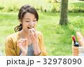 ピクニックを楽しむ女性 32978090
