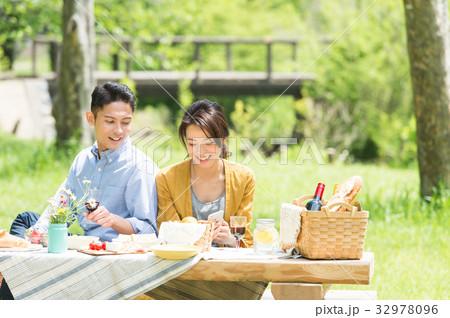 ピクニックを楽しむカップル 32978096