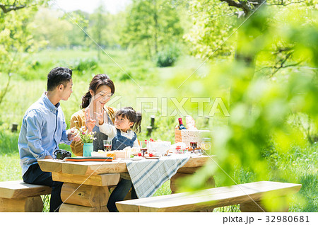 ピクニックを楽しむ家族 32980681