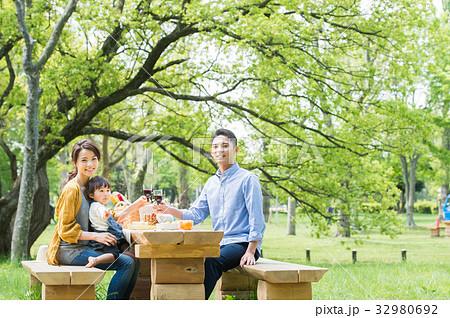 ピクニックを楽しむ家族 32980692