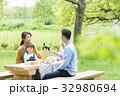 ピクニックを楽しむ家族 32980694