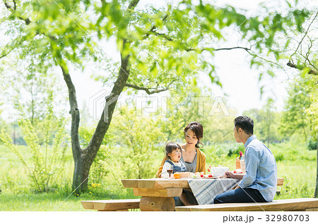 ピクニックを楽しむ家族 32980703