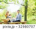 家族 ピクニック 新緑の写真 32980707